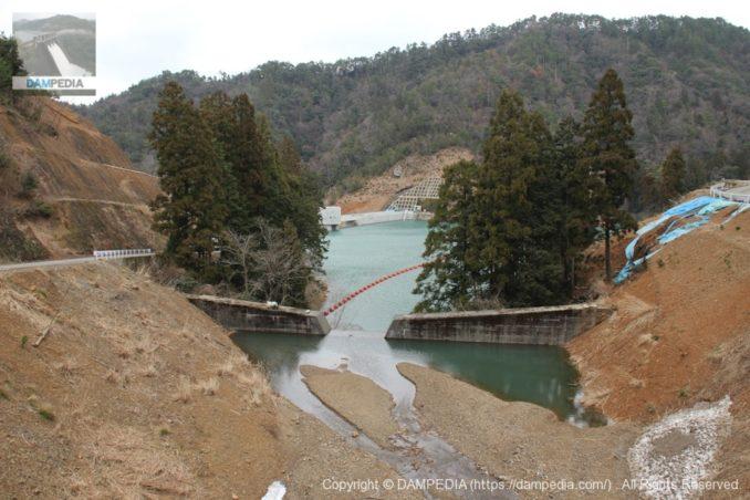 左岸の砂防ダムよりダム湖・堤体を望む