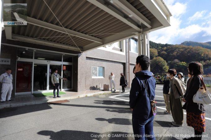 矢作ダム管理所前で職員の方によるあいさつ