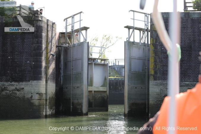 船頭平閘門の木曽川側閘門扉開放