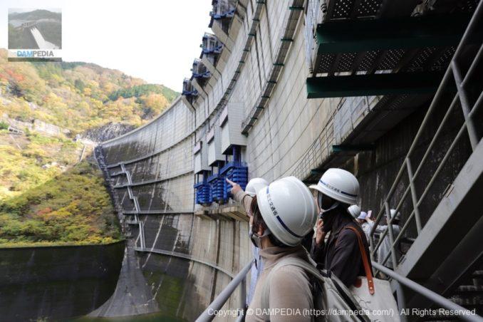 矢作ダムでの見学の様子(キャットウォークから)
