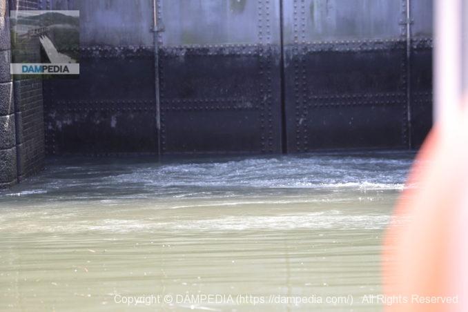 船頭平閘門の閘室内の給水の様子