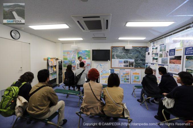 矢作ダムでの見学の様子(管理所職員の方による概要解説)