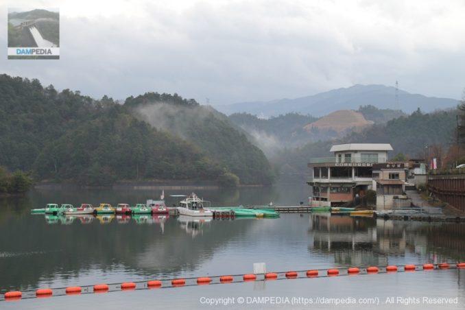 天端よりダム湖のボートを望む
