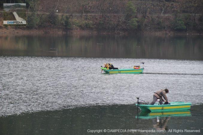 津風呂湖で釣りを楽しむ釣り人