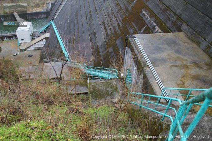 左岸より監査廊入口と階段を望む