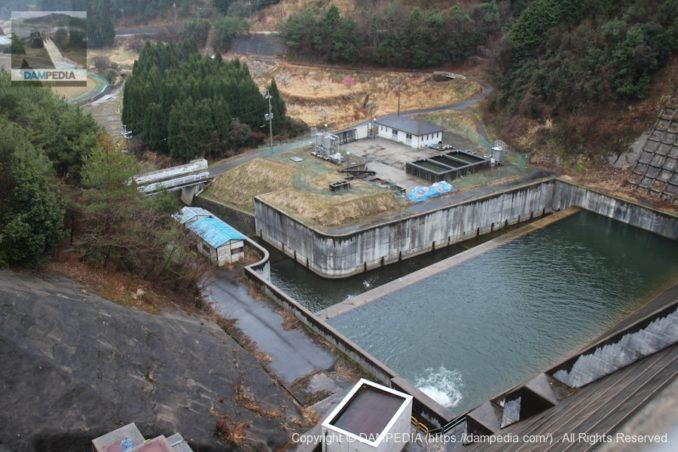 左岸の天端より減勢工と浄水場を望む