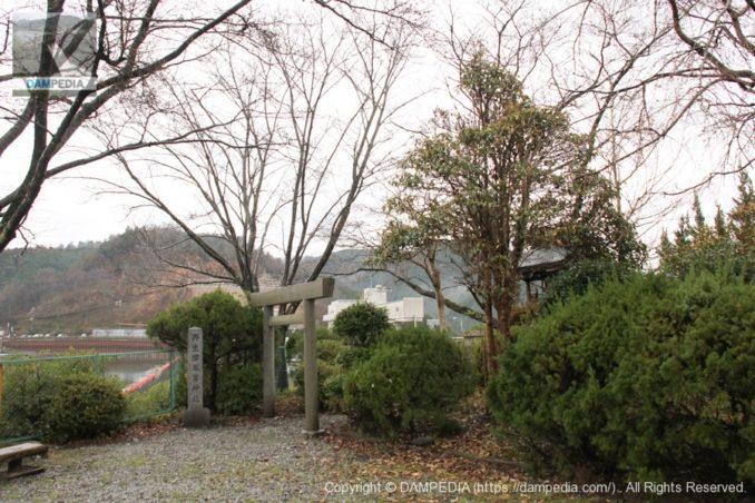 右岸にある丹生津風呂神社