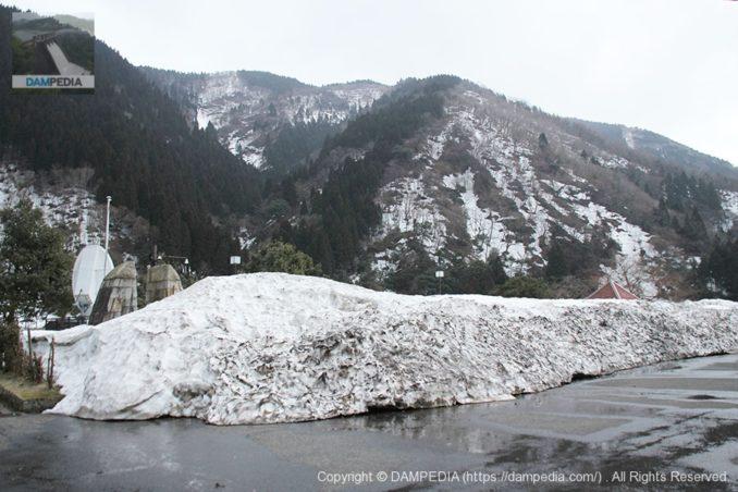 右岸の駐車場に積まれた雪