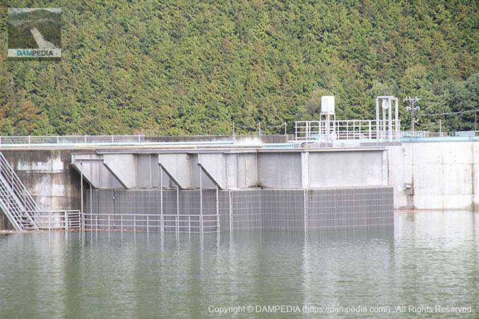 左岸より選択取水設備を望む