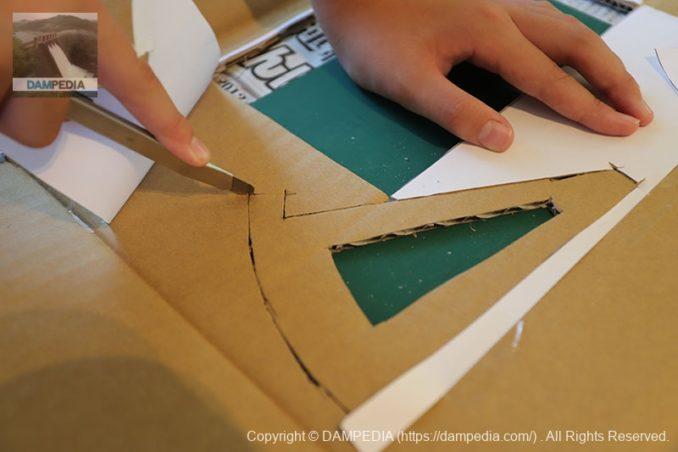 印刷した紙をダンボールに貼り、線に沿ってカットする