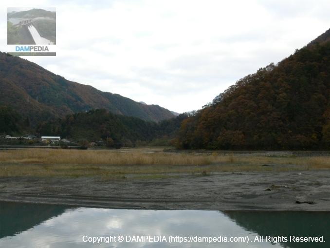 ダム湖の上流を望む