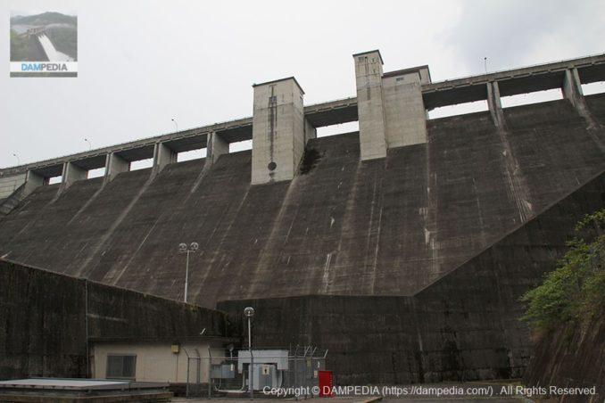 左岸下流側の布目発電所より堤体を望む
