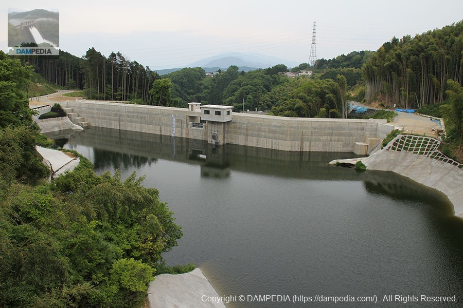 ダム湖上に架かる信貴大橋よりダム湖側の堤体を望む