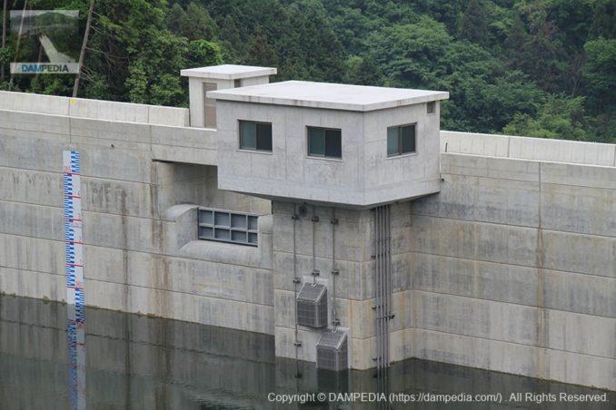 信貴大橋より選択取水設備とクレストゲートを望む