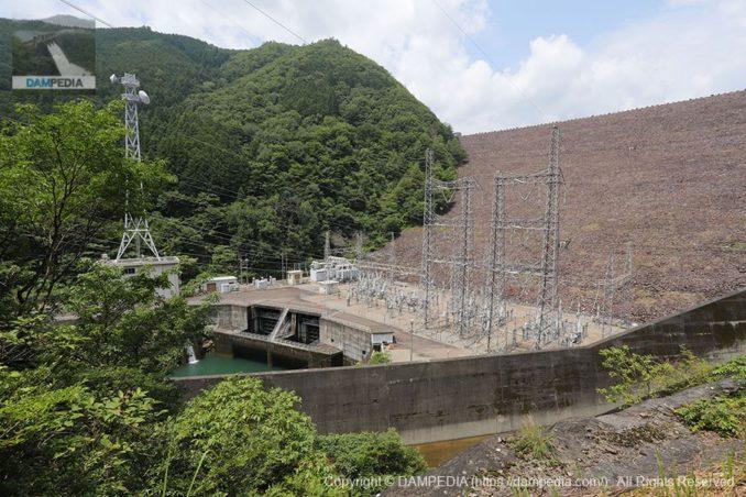 左岸より岩屋ダム発電所を望む