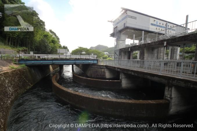 取水口と水路の下流を望む