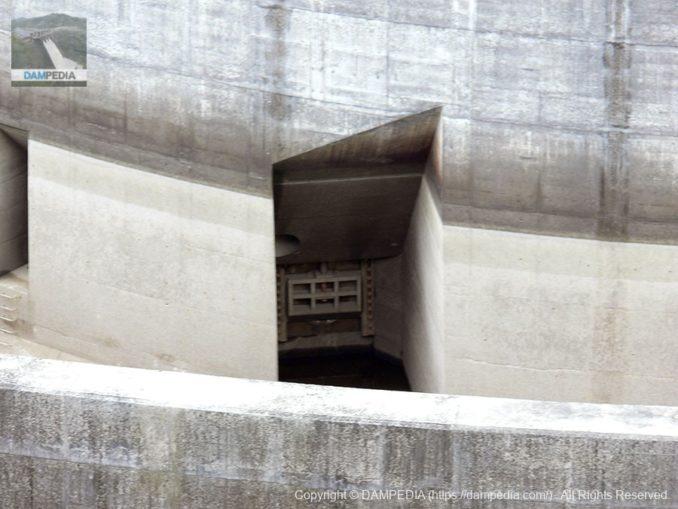 右岸より低水管理用の主管ゲートを望む