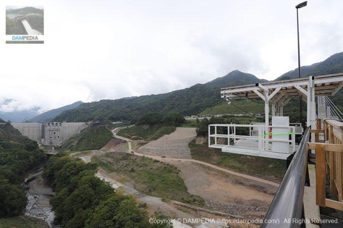 八ッ場大橋よりバンジージャンプ台と堤体を望む