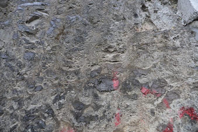 右岸の岩盤
