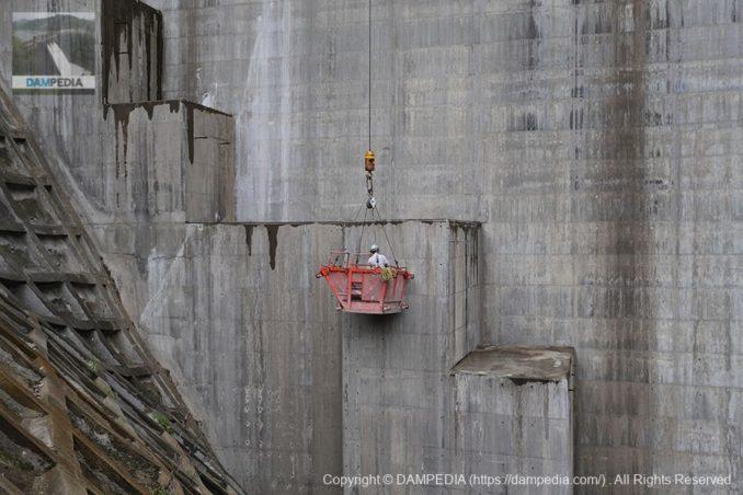 上流側の堤体での作業中の風景