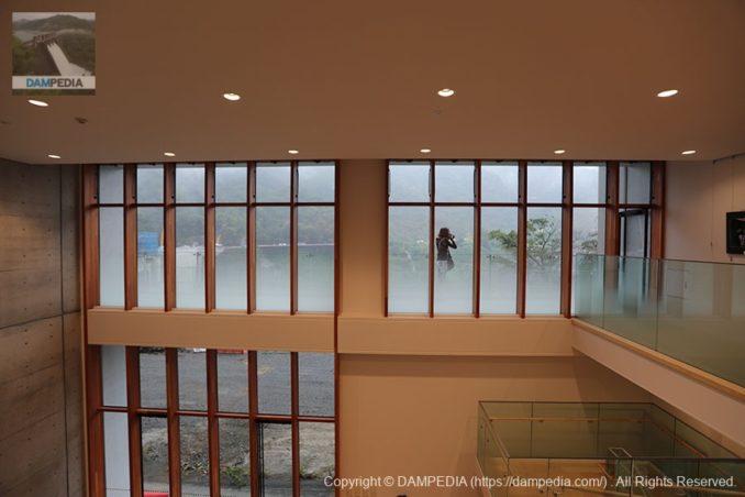 2階展示スペースから吹き抜け部分と南側の窓を望む