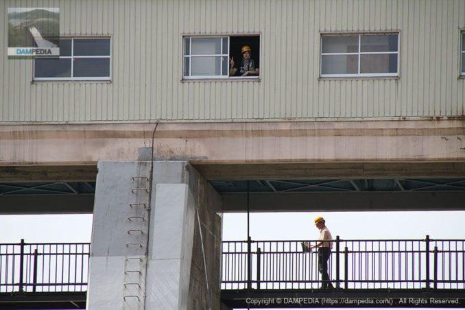 下流の仮設の橋よりゲート操作室を望む