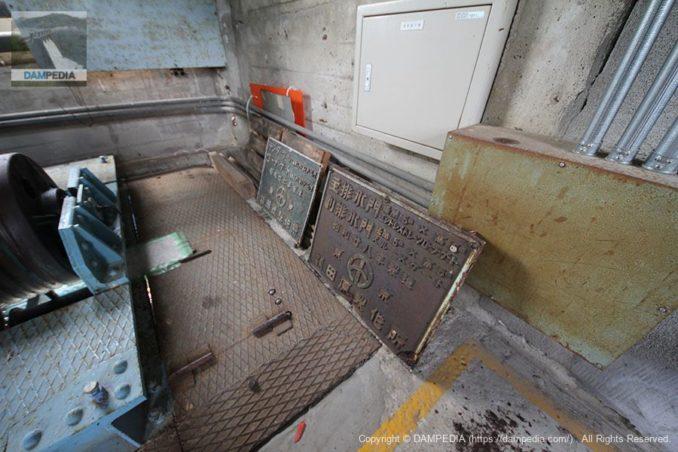 古いゲートの銘板