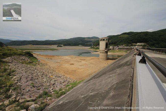右岸よりダム湖側を望む