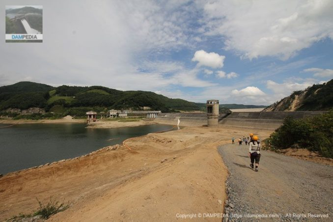 右岸よりダム湖と堤体を望む