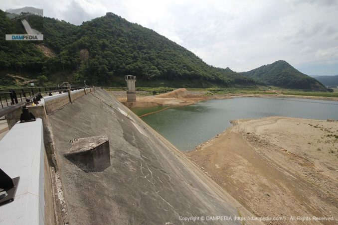 洪水吐のあたりよりダム湖側の堤体とダム湖を望む