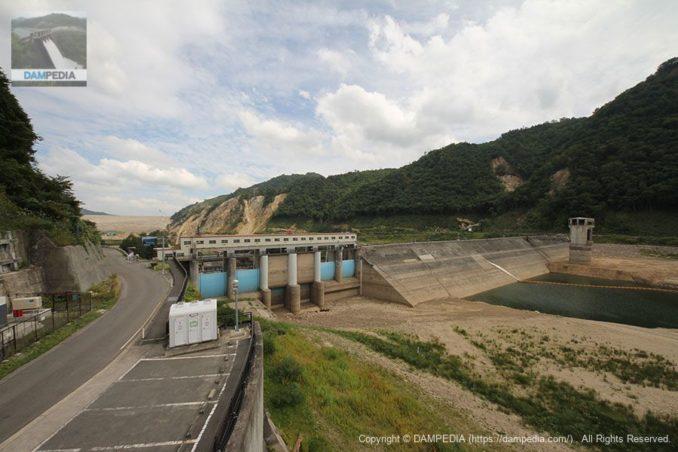 展望台よりダム湖側の堤体を望む