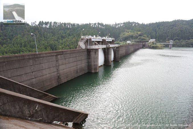 左岸よりアバットメントを含めたダム湖側の堤体を望む