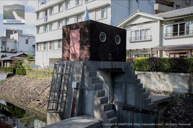 左岸上流からロボット水門を望む