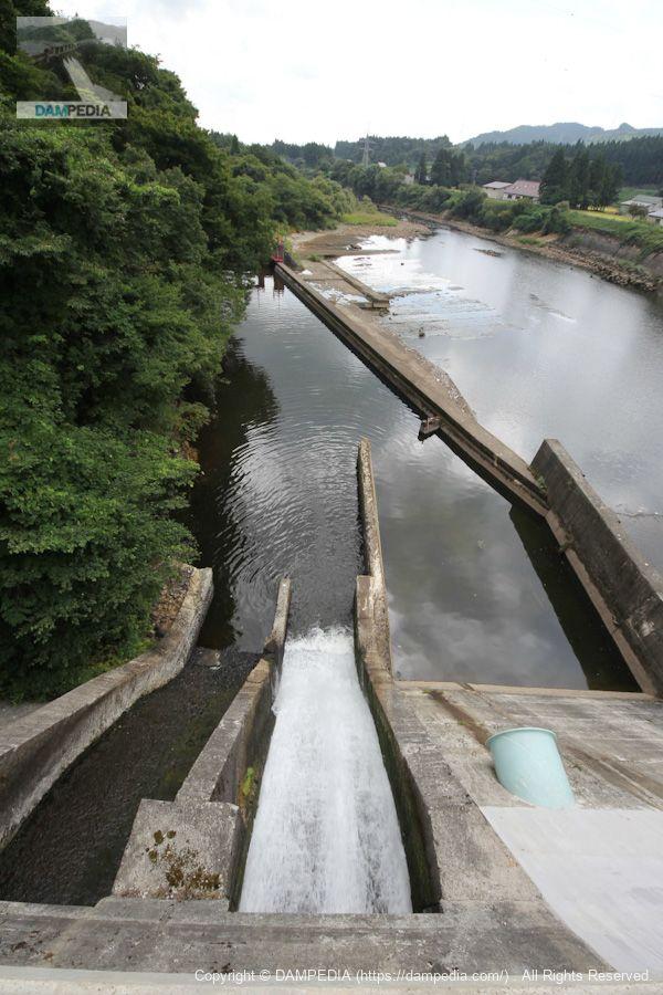 天端より農業用水路を望む