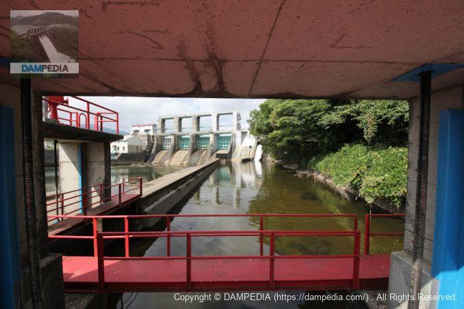 下流の農業用水の水門より堤体を望む
