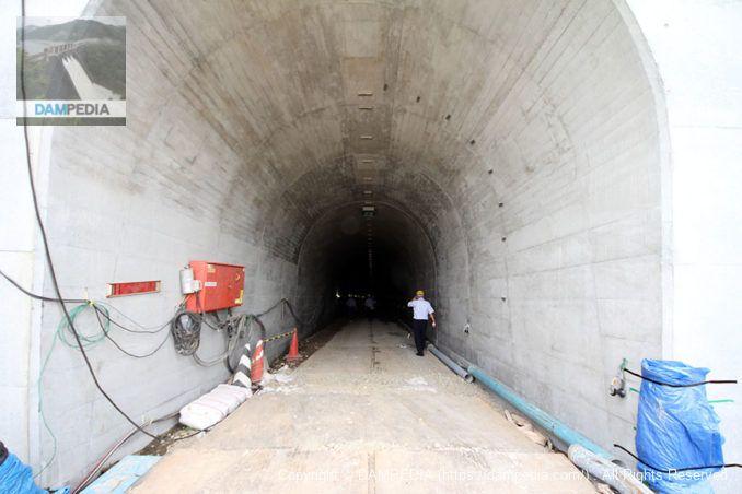 発電所内部へと向かうトンネル