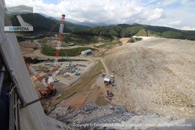 選択取水設備よりダム湖側の堤体を望む