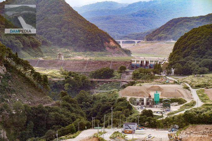天端より石淵ダムを望む