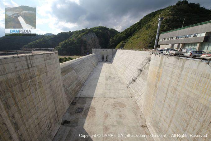 ダム湖側の洪水吐を望む