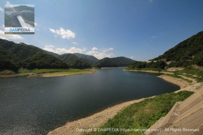 ダム湖(錦秋湖)を望む