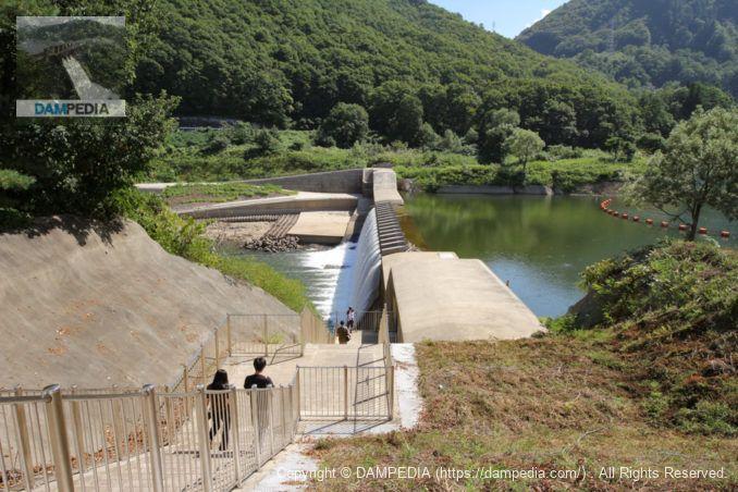 左岸より湯田貯砂ダムの堤体を望む