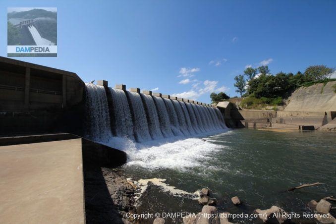 右岸より下流側の湯田貯砂ダムの堤体を望む
