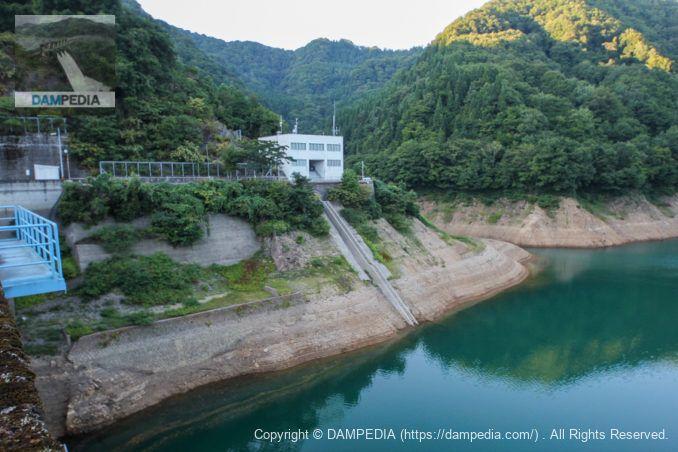 天端よりダム管理所を望む