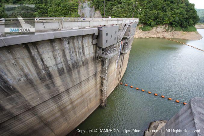 坂見堰取水設備(手前)と予備ゲート(奥)