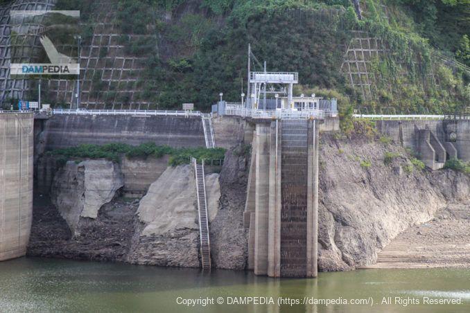 左岸より発電所の取水口を望む