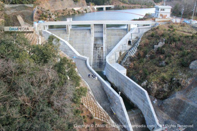 国道27号の橋より下流側の堤体を望む