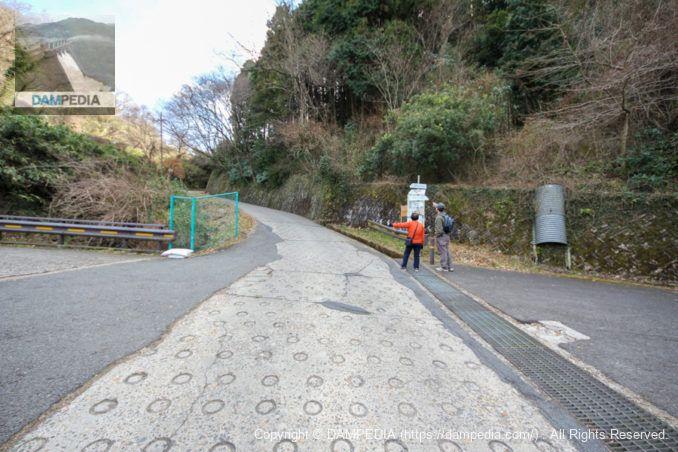 大阪府民の森の管理用道路との平面交差点