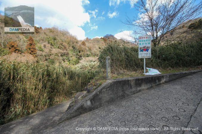 酷道に建てられた道標
