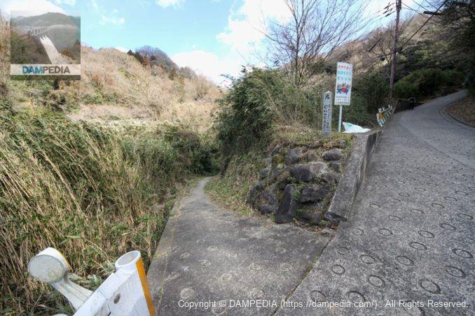 豊浦山池に通じる道