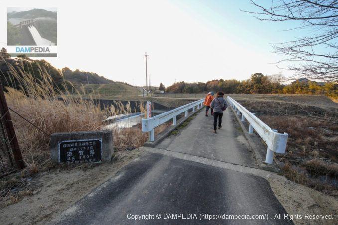 日野川に架かる橋を渡る